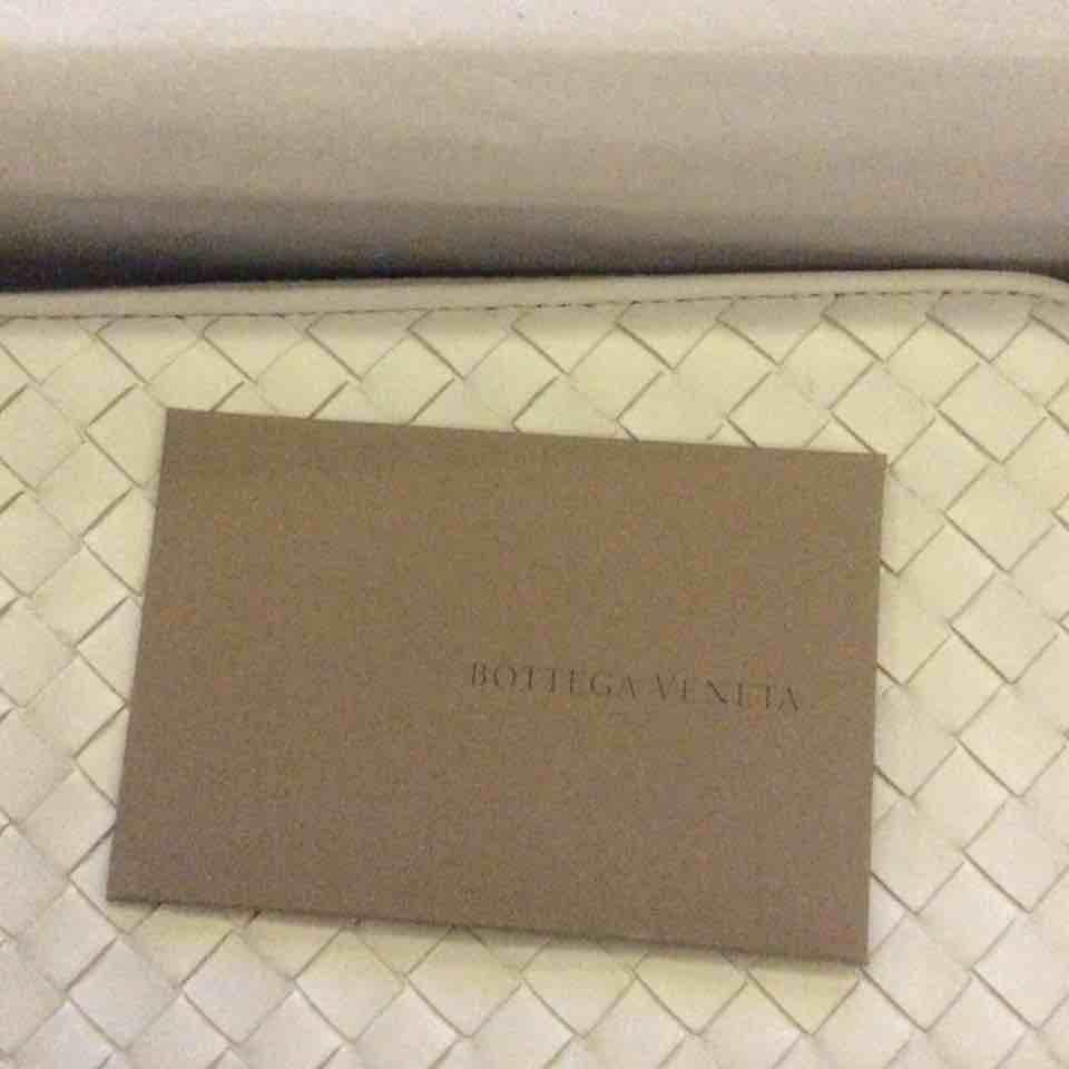 BV宝缇嘉拉链白色钱包