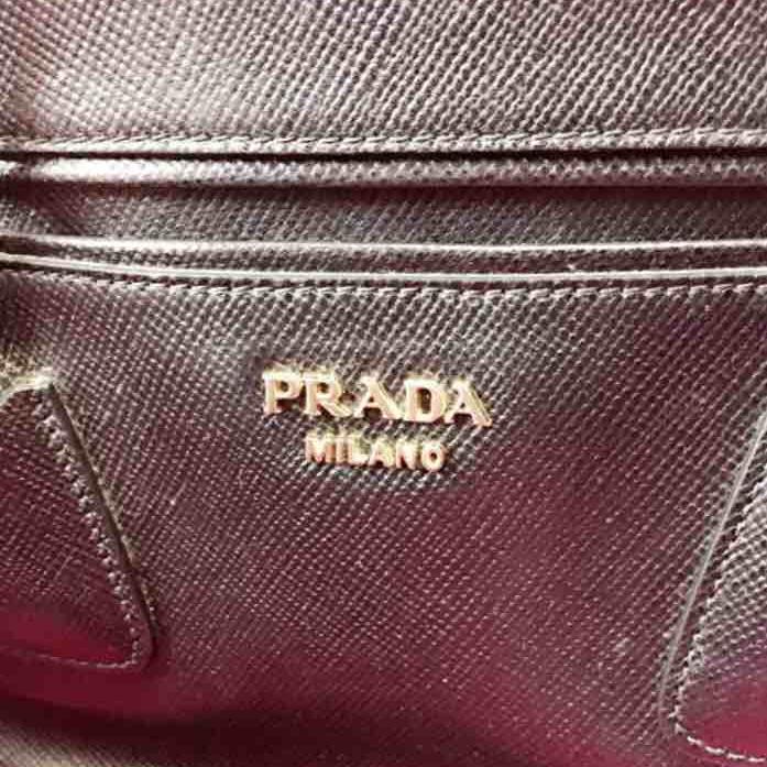 PRADA普拉达女士压纹牛皮单肩包