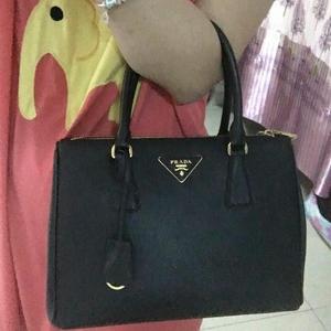 PRADA普拉达小号黑色手提包