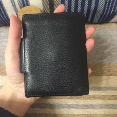 PRADA普拉达十字纹牛皮黑色短钱包