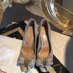 Ferragamo 菲拉格慕限量版金色蕾丝高跟鞋