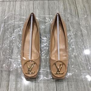Louis Vuitton 路易·威登裸色漆皮低跟鞋