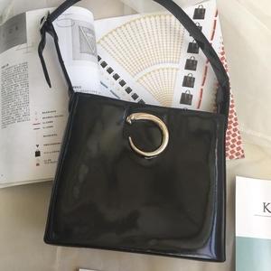 Cartier 卡地亚黑色漆皮包子头单肩包