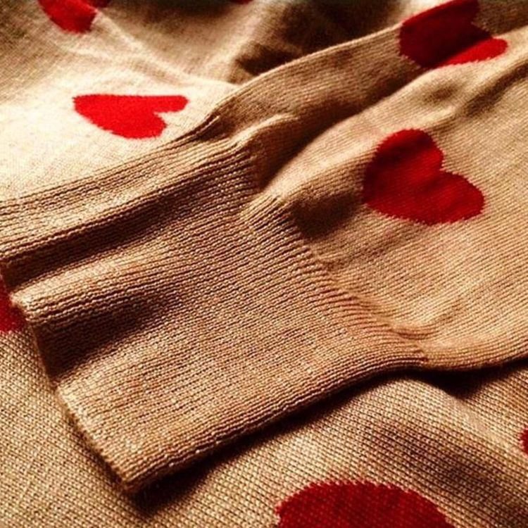 Burberry 博柏利驼色经典限量桃心纯羊毛圆领套头毛衣