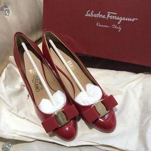 Ferragamo 菲拉格慕经典漆皮中跟鞋