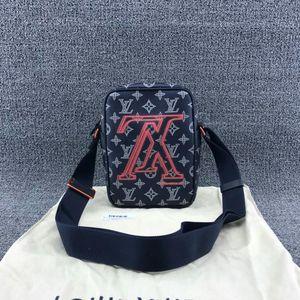 Louis Vuitton 路易·威登倒LOGO深蓝色相机单肩包