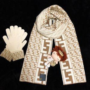 FENDI 芬迪 奶茶色老花羊毛围巾➕手套针织套装