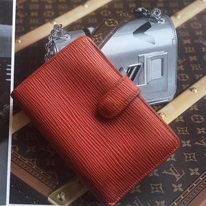 Louis Vuitton 路易·威登红色epi水波纹纯皮搭扣竖款钱包