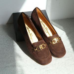 Ferragamo 菲拉格慕巧克力麂皮经典马蹄扣低跟鞋