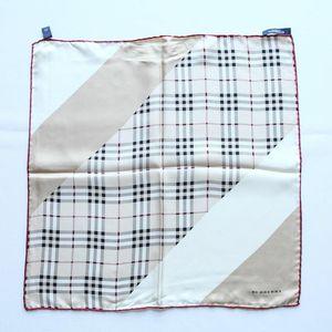 Burberry 博柏利FJ08012经典格纹小号方巾丝巾