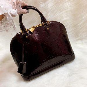 Louis Vuitton 路易·威登金扣车厘子色老花压纹漆皮贝壳包