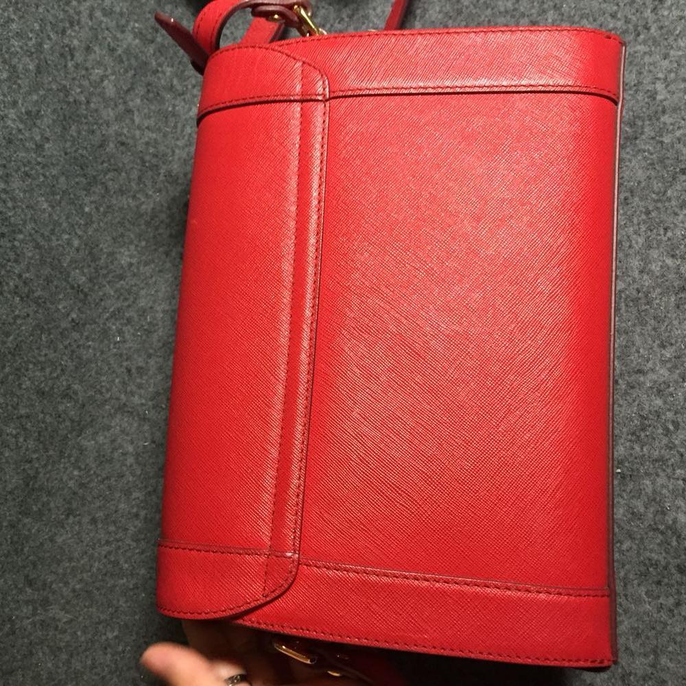 MCM大红色单肩包