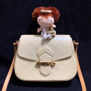 Louis Vuitton 路易·威登奶油色漆皮马鞍单肩斜挎包