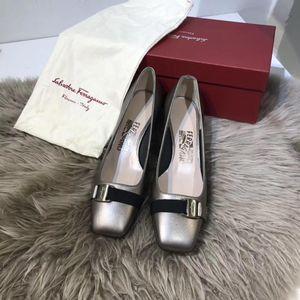 Ferragamo 菲拉格慕复古金色蝴蝶结装饰方跟凉鞋