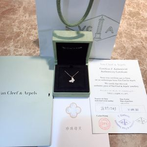 Van Cleef Arpels 梵克雅宝Sweet Alhambra系列白贝母小号蝴蝶项链