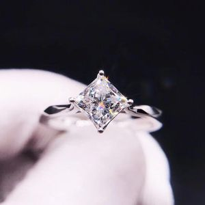 Chow Tai Fook 周大福18k白金一克拉公主方钻石戒指