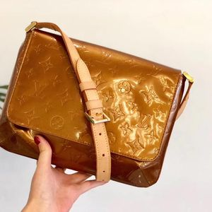 Louis Vuitton 路易·威登香槟色漆皮斜挎包