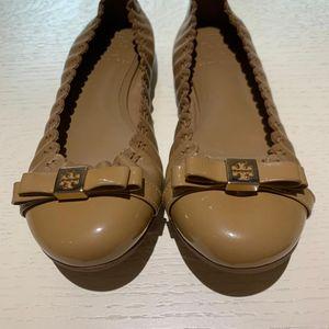 Tory Burch 托里·伯奇蝴蝶结款咖色漆皮平底鞋