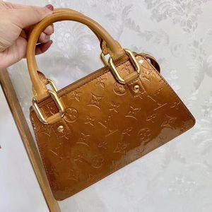 Louis Vuitton 路易·威登香槟色漆皮手提包