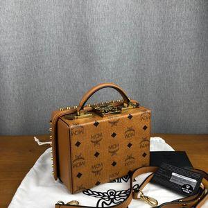 MCM 铆钉小箱子干邑色手提包