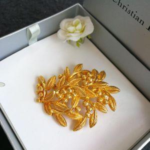 Dior 迪奥红山果艺术胸针