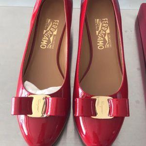 Ferragamo 菲拉格慕红色经典中跟方跟皮鞋