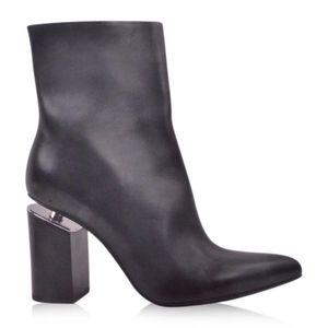 Alexander Wang 亚历山大·王女士黑色牛皮切跟尖头悬空短筒靴高跟鞋