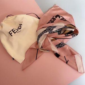FENDI 芬迪爱心丝巾