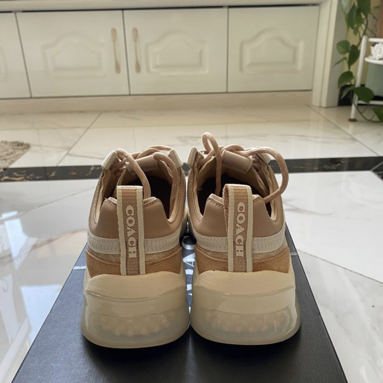 COACH蔻驰女士运动鞋全新,仅下地试穿,尺码37.5,号码偏大,适合38脚穿,朋友送的,家里写太多,所以转出。喜欢私聊